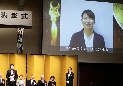 日本スポーツ賞奨励賞を受賞した渋野日向子は、笑顔の動画メッセージを送った(撮影・浅見桂子)