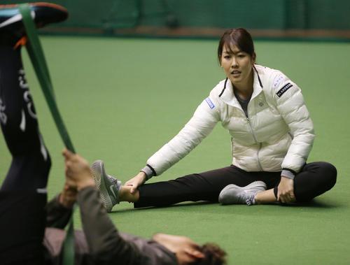 ソフトバンク内川聖一(左)と自主トレを行う女子プロゴルファーの福田真未(撮影・菊川光一)