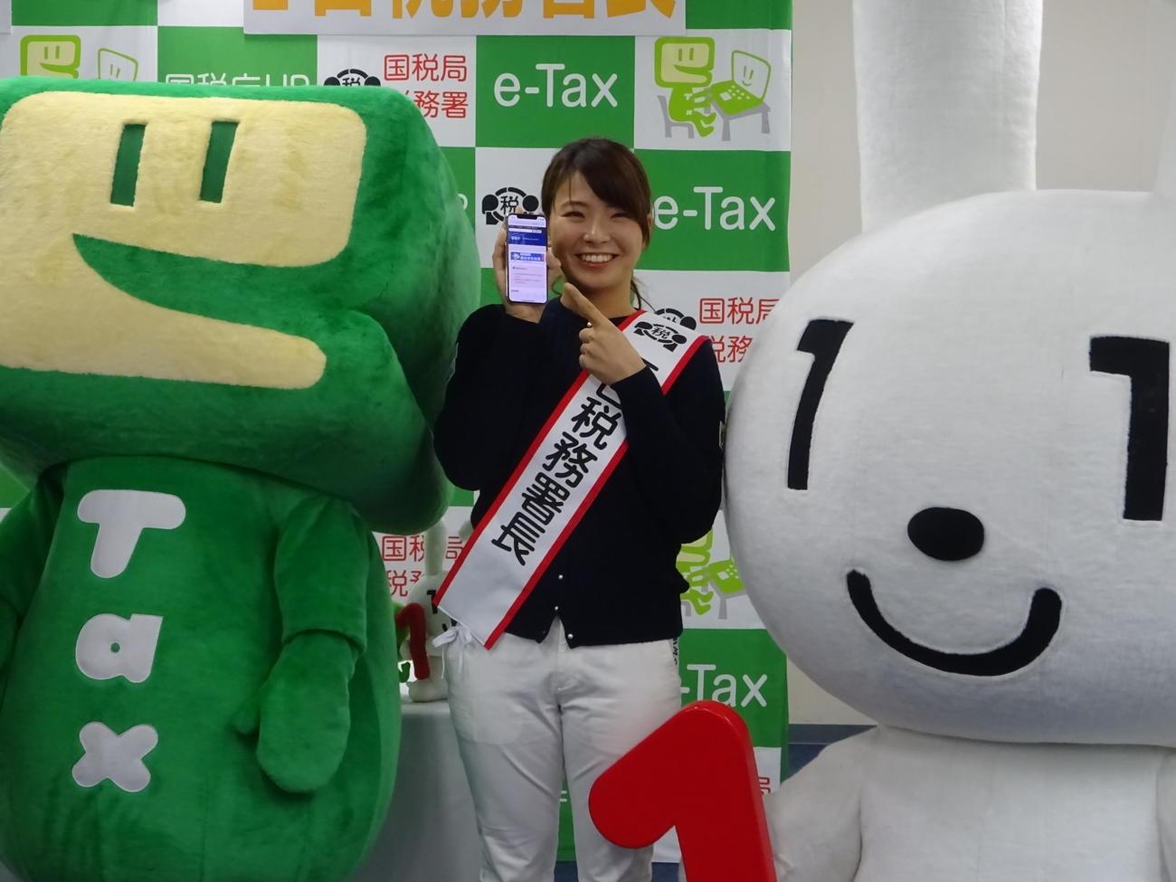 故郷の岡山で一日税務署長を務めた渋野日向子。ゆるキャラのイータ君(左)とマイナ君にはさまれ、笑顔を見せる(撮影・加藤裕一)