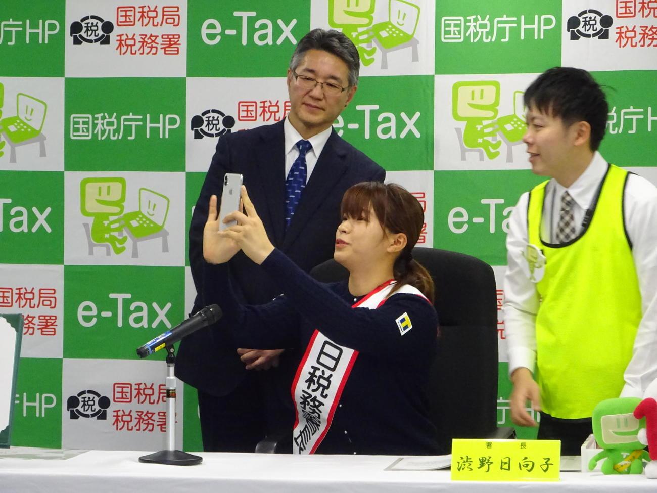 故郷の岡山で一日税務署長を務めた渋野日向子。スマホを使った模擬申告に挑戦する(撮影・加藤裕一)