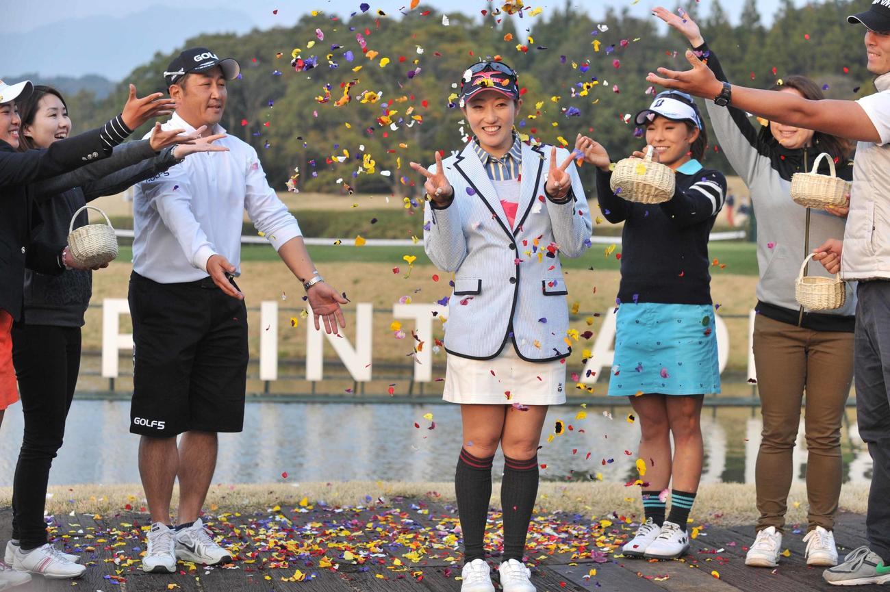5年ぶりに優勝した飯島茜は祝福する花のシャワーを受けながらVサイン(2015年3月22日撮影)