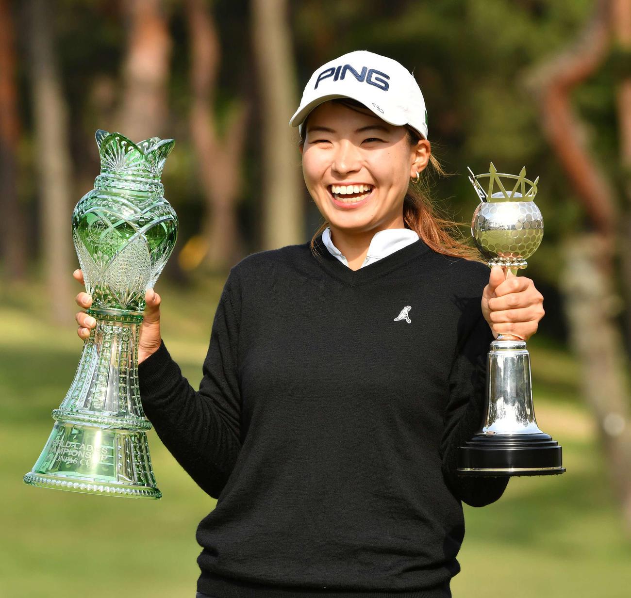 19年5月12日ワールド・サロンパス・カップ 最終日、笑顔で優勝杯を掲げる渋野日向子