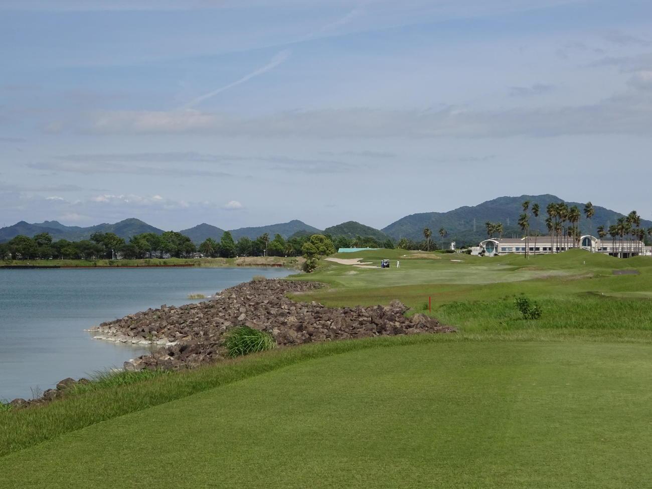 今年の日本女子プロ選手権開催コースの岡山・JFE瀬戸内海GC。最終18番パー5が予想されるホールは、左に池が広がる