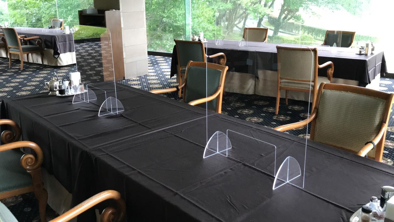 選手が利用するレストランの座席は、左右の間隔を広げ、対面する席の間に透明なアクリル板が設置された(日本女子プロゴルフ協会提供)
