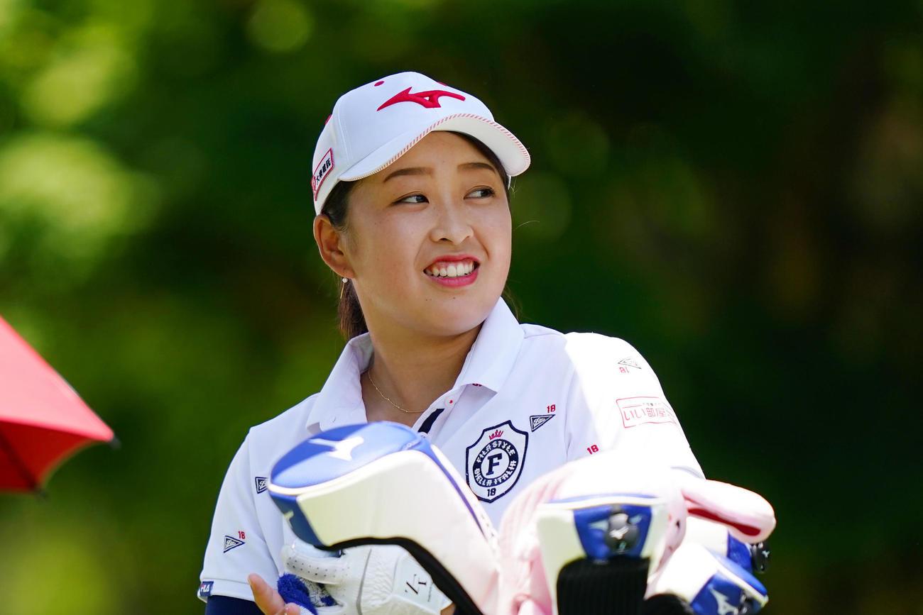 5番ティーグラウンドで笑顔を見せる西郷(Getty Images/JLPGA提供)
