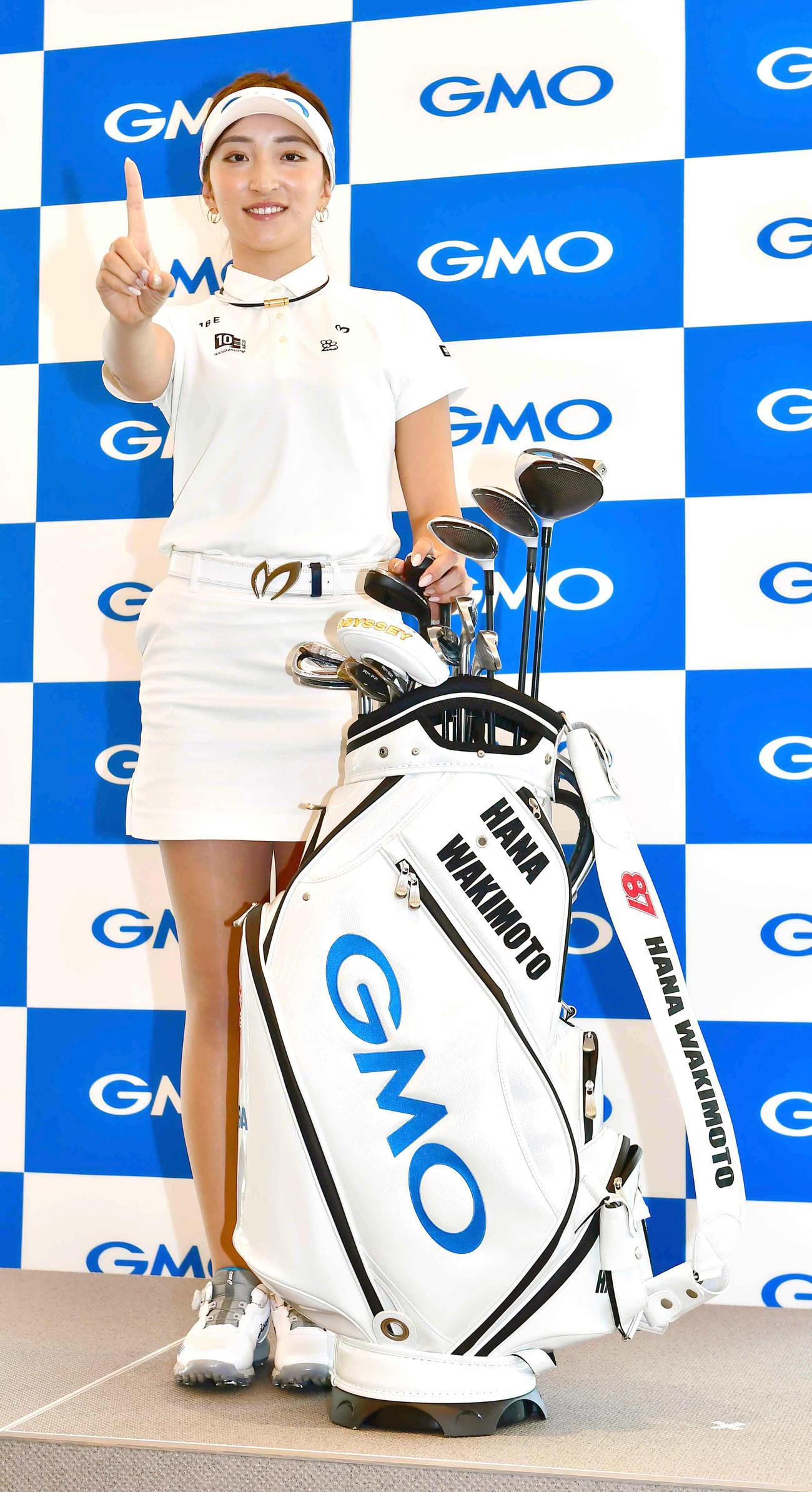 GMOインターネットグループと所属契約を締結し記者会見で「ナンバーワン」ポーズを決める女子プロゴルファーの脇元(撮影・小沢裕)