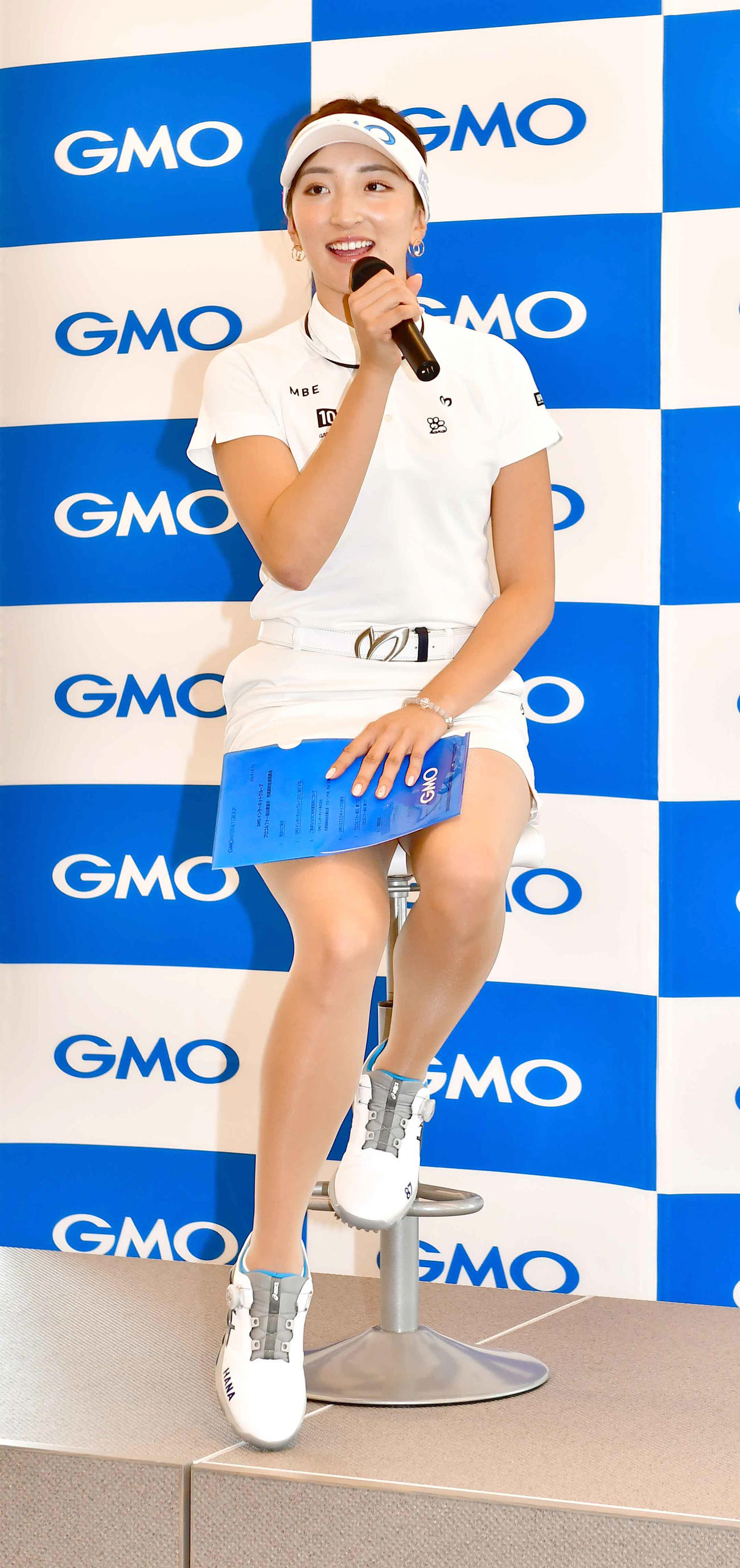 GMOインターネットグループと所属契約を締結し記者会見に臨む女子プロゴルファーの脇元(撮影・小沢裕)
