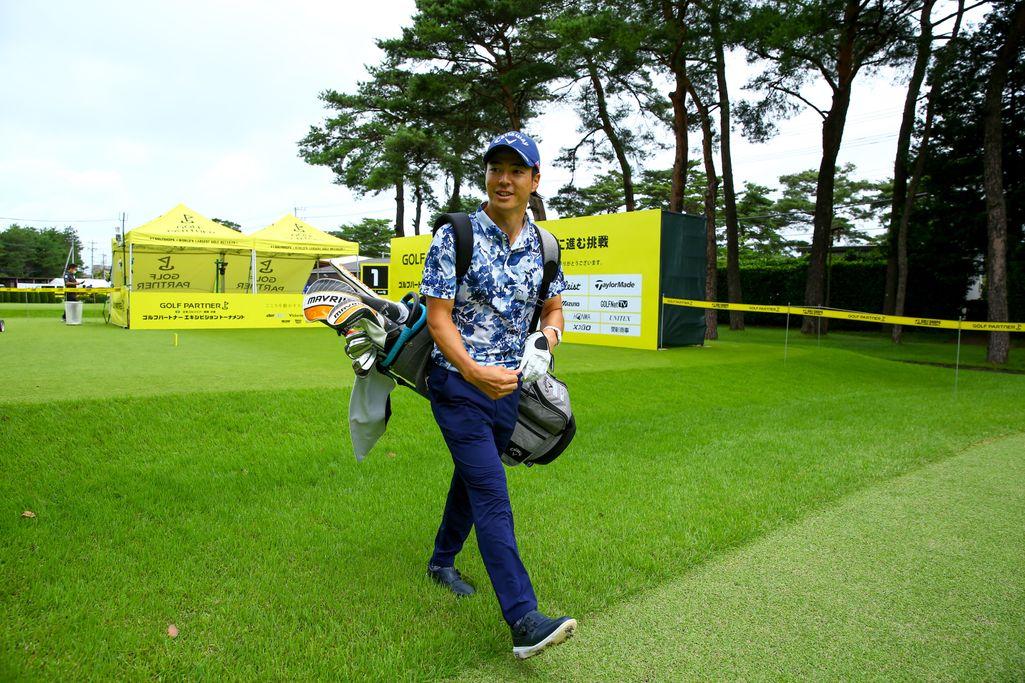 自らゴルフバッグを担いで練習ラウンドを回った石川遼(JGTO/JGTO images提供)