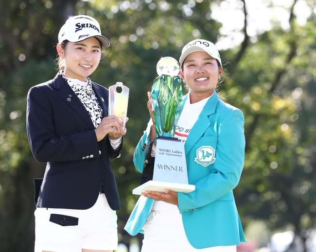 ニトリ・レディース 記念撮影する優勝した鈴木愛(右)とベストアマの安田祐香(19年9月)