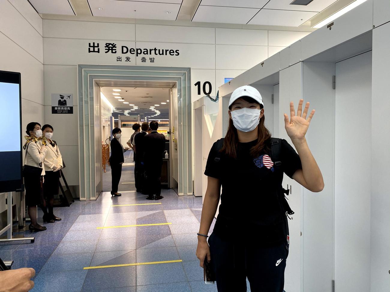 英国に向けて羽田空港を出発した渋野日向子(株式会社ゾーン提供)