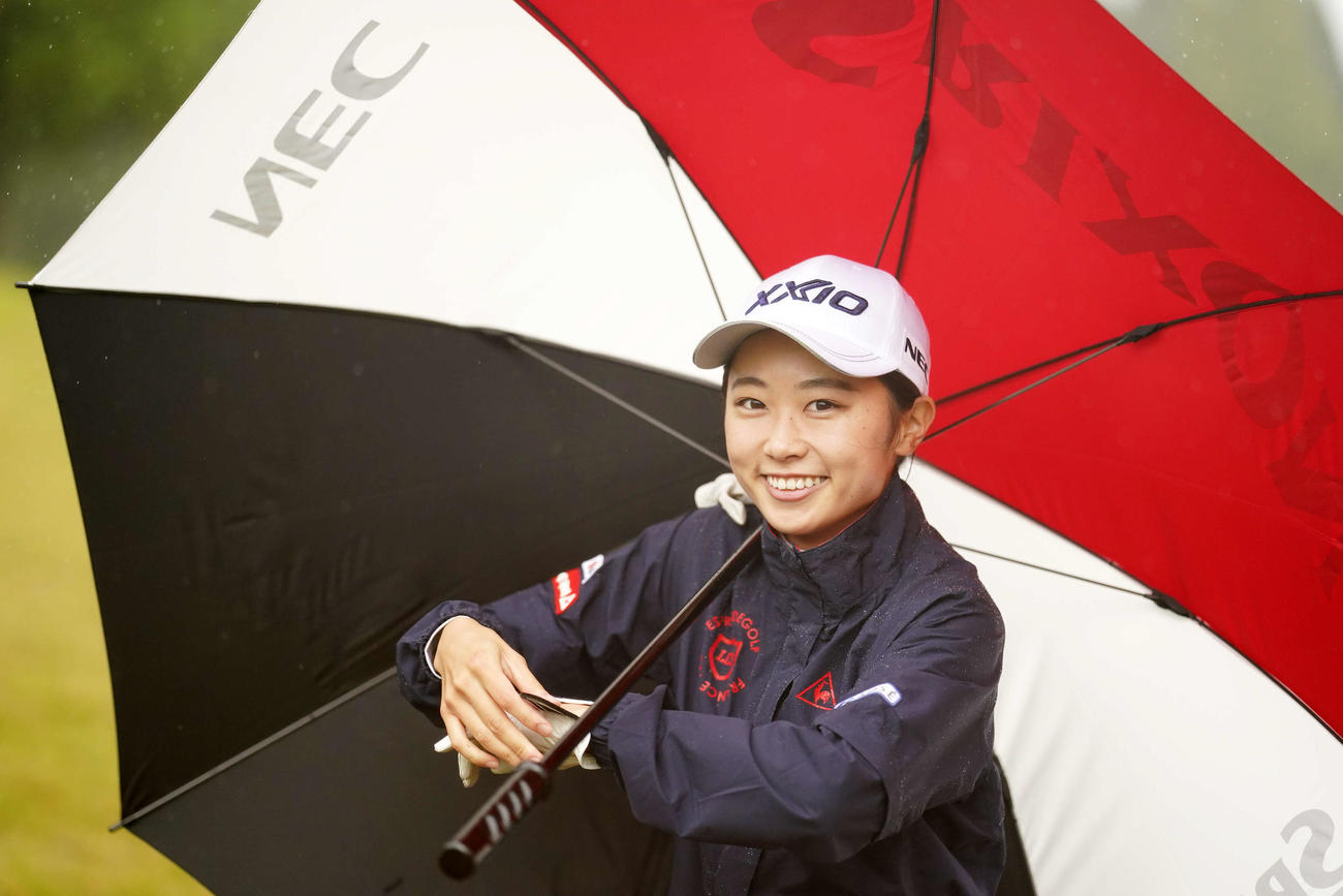 練習ラウンドでカメラに向かい笑みを浮かべる安田祐香(撮影・江口和貴)