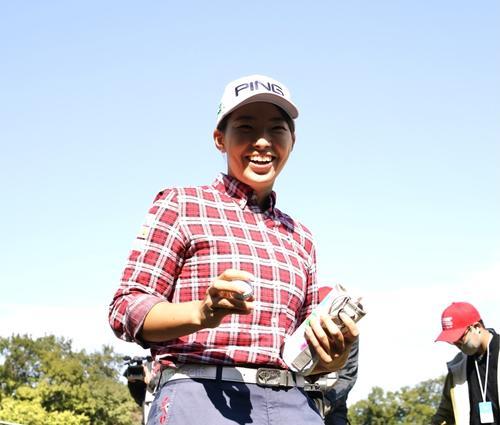樋口久子・三菱電機レディース第1日  8番、ホールインワンを達成し笑顔でボールを手にする渋野日向子(撮影・菅敏)