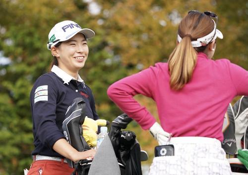 10回開始前西村ユナ(右)と談笑する渋野ひなこ(撮影・江口和貴)