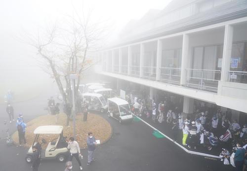 大王製紙エリエールレディス 午前9時16分、濃霧のため競技が中断となりクラブハウスへ引き揚げてくる選手たち(撮影・清水貴仁)