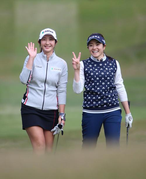 リコー杯・練習ラウンド 17番、笑顔でラウンドするペ・ソンウ(左)と仲宗根(撮影・上山淳一)
