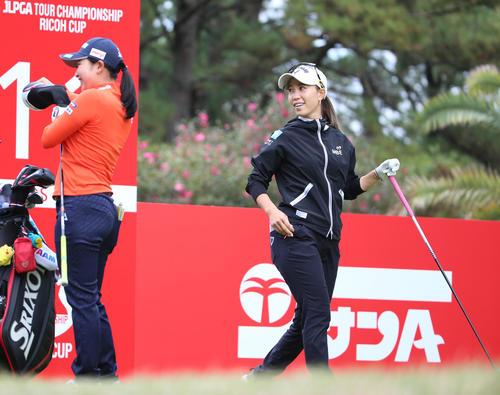リコー杯・練習ラウンド 11番で笑顔を見せる上田(右)と小祝(撮影・上山淳一)