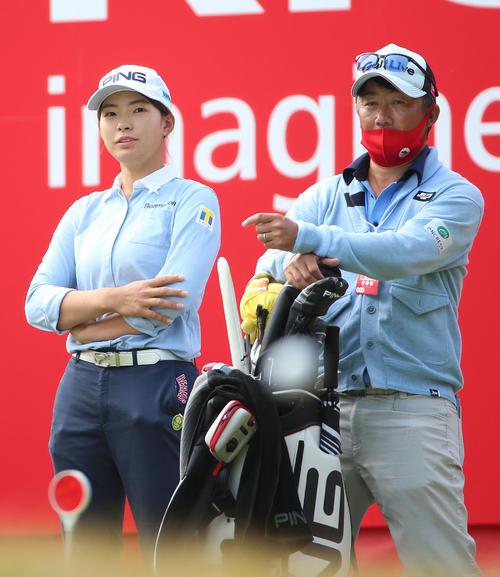 リコー杯・練習ラウンド 渋野(左)は18番でリラックスした表情を見せる(撮影・上山淳一)