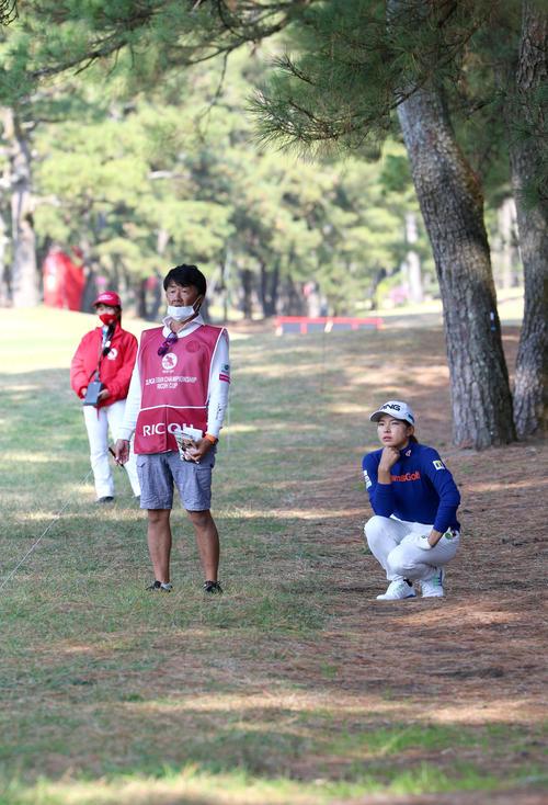 17番、林の入り口に球が入り考え込む渋野日向子(撮影・上山淳一)
