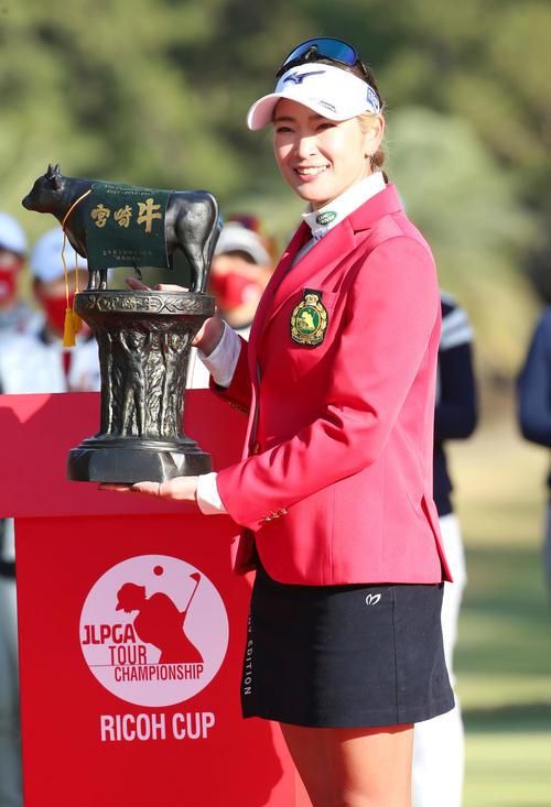 JLPGAツアー選手権リコー杯・最終日 原英莉花(右)はリコーカップを制し、優勝の副賞カップを手に笑顔を見せる(撮影・上山淳一)