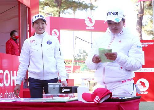 1番、スタートの準備をする渋野日向子(左)と鈴木愛(撮影・上山淳一)