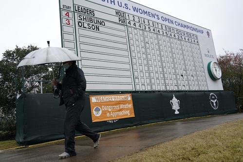 全米女子オープン最終日 渋野の名前が記された看板の横を傘を差した人が通過する(AP)