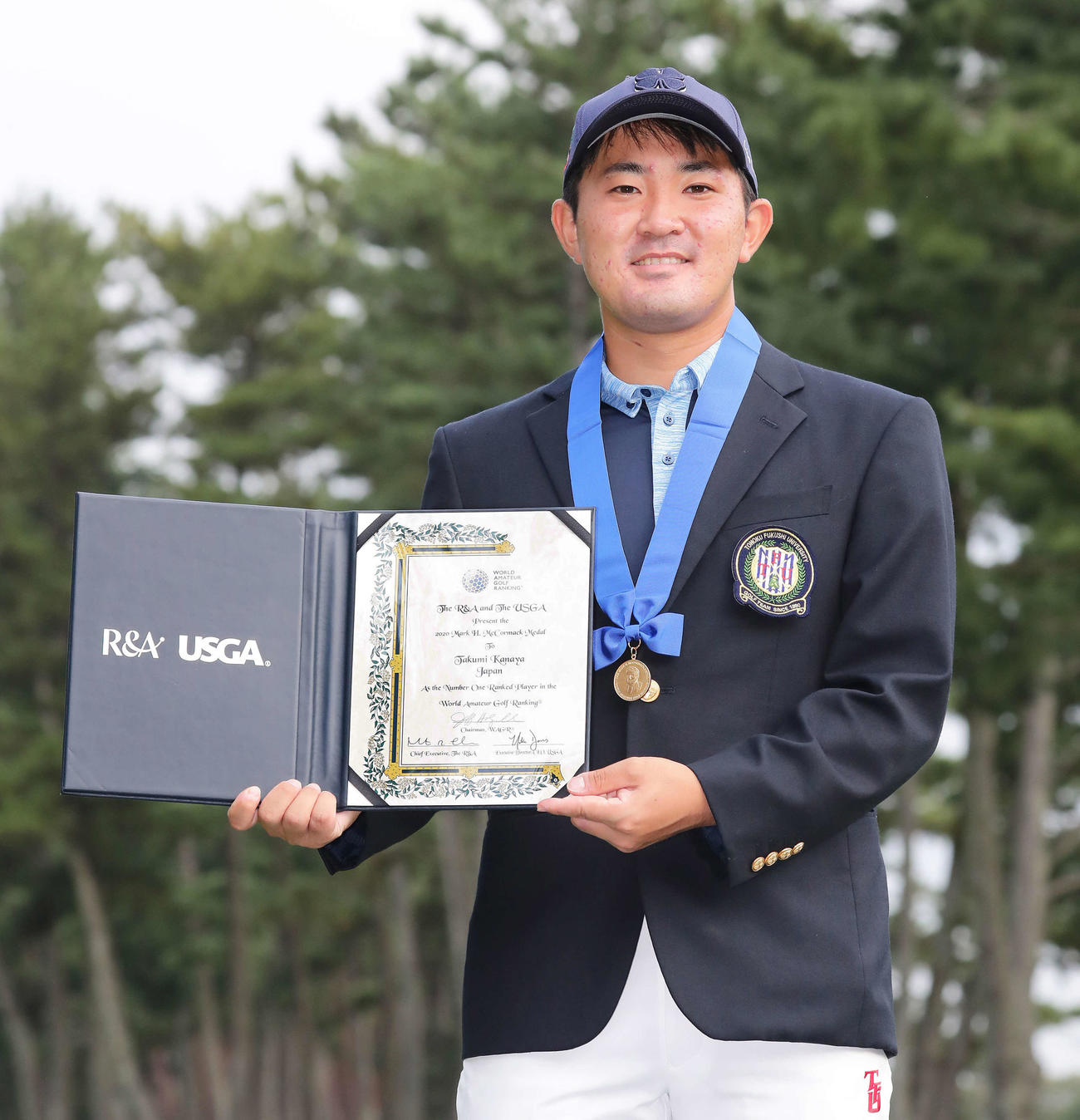日本選手として初めてマコーマックメダルを受賞して写真に納まる金谷(2020年10月14日)