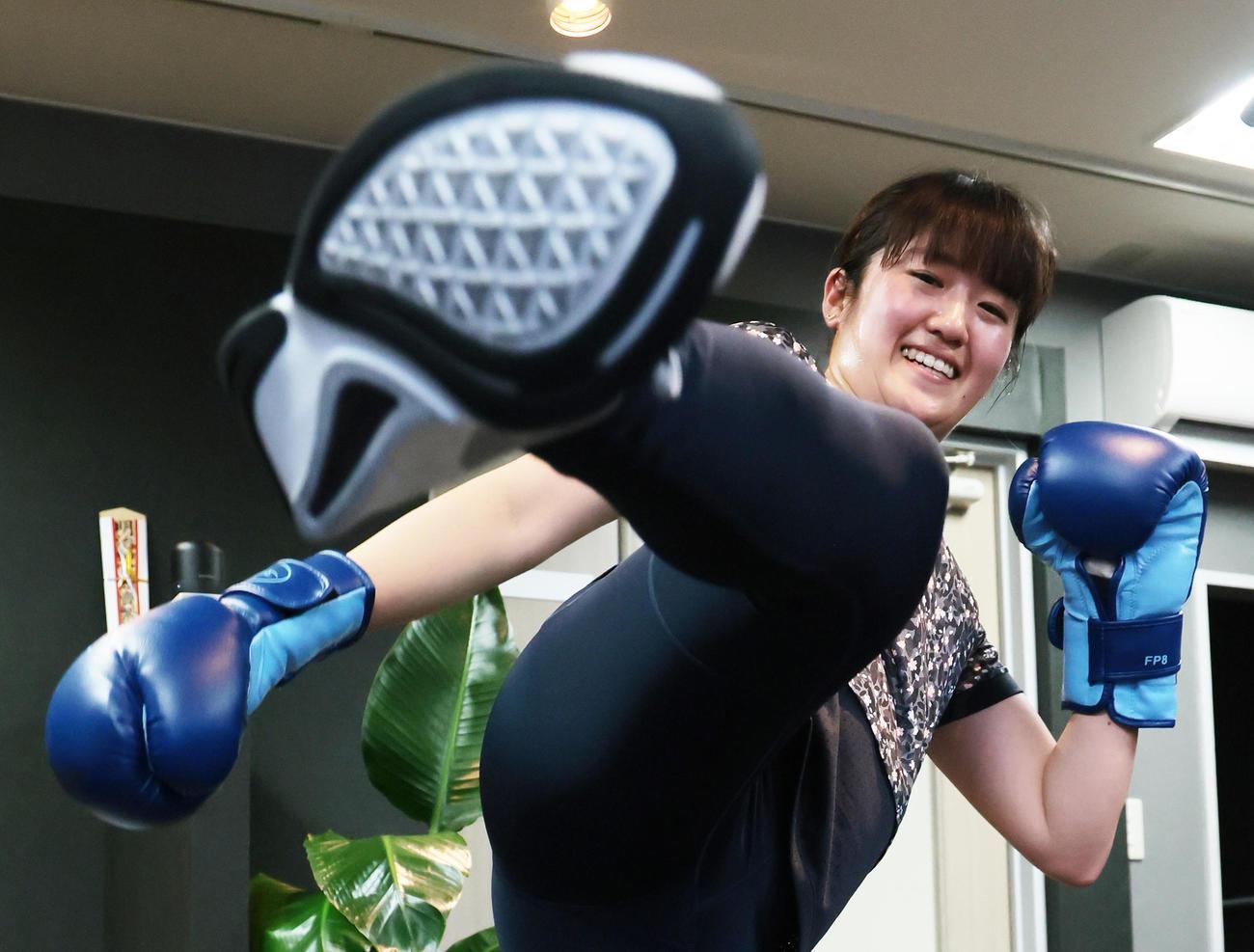 自主トレでキックボクシングの華麗なキックを披露する稲見(撮影・足立雅史)