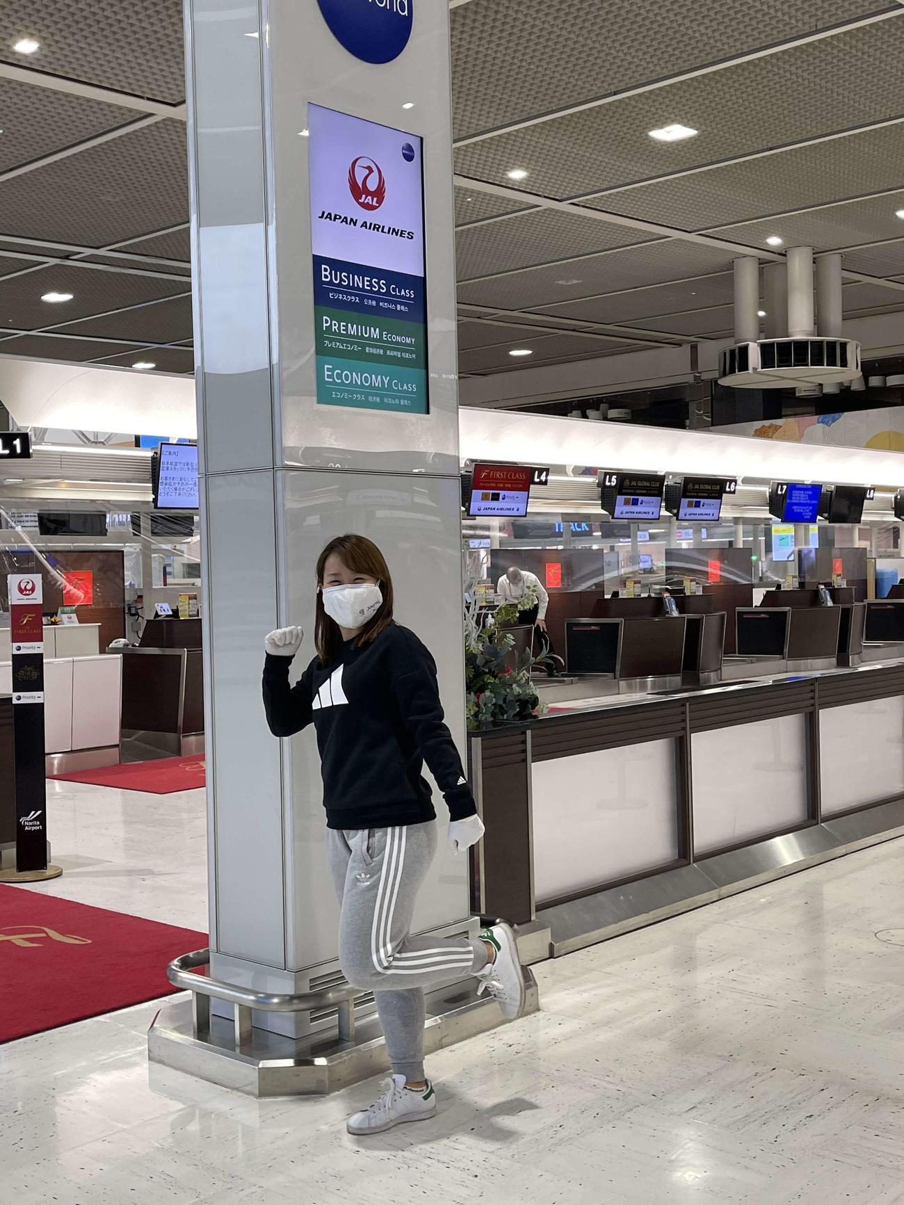 渡米前の空港でポーズをつくる畑岡奈紗(TCI提供)