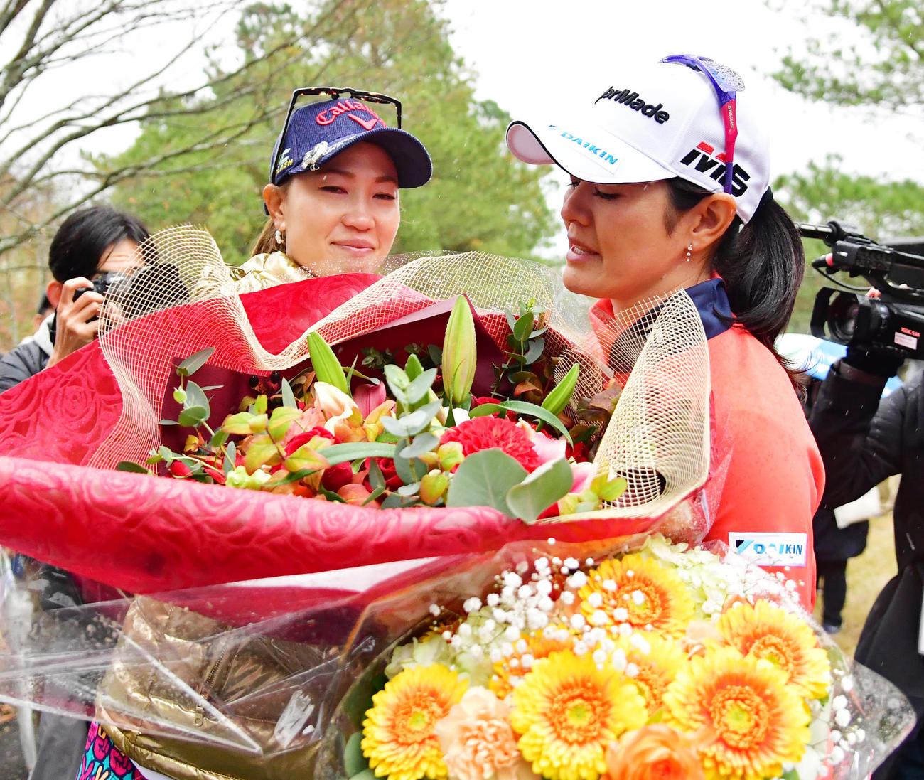 ホールアウトし、上田桃子(左)から花束を受け取り涙をみせる諸見里しのぶさん(19年11月22日撮影)