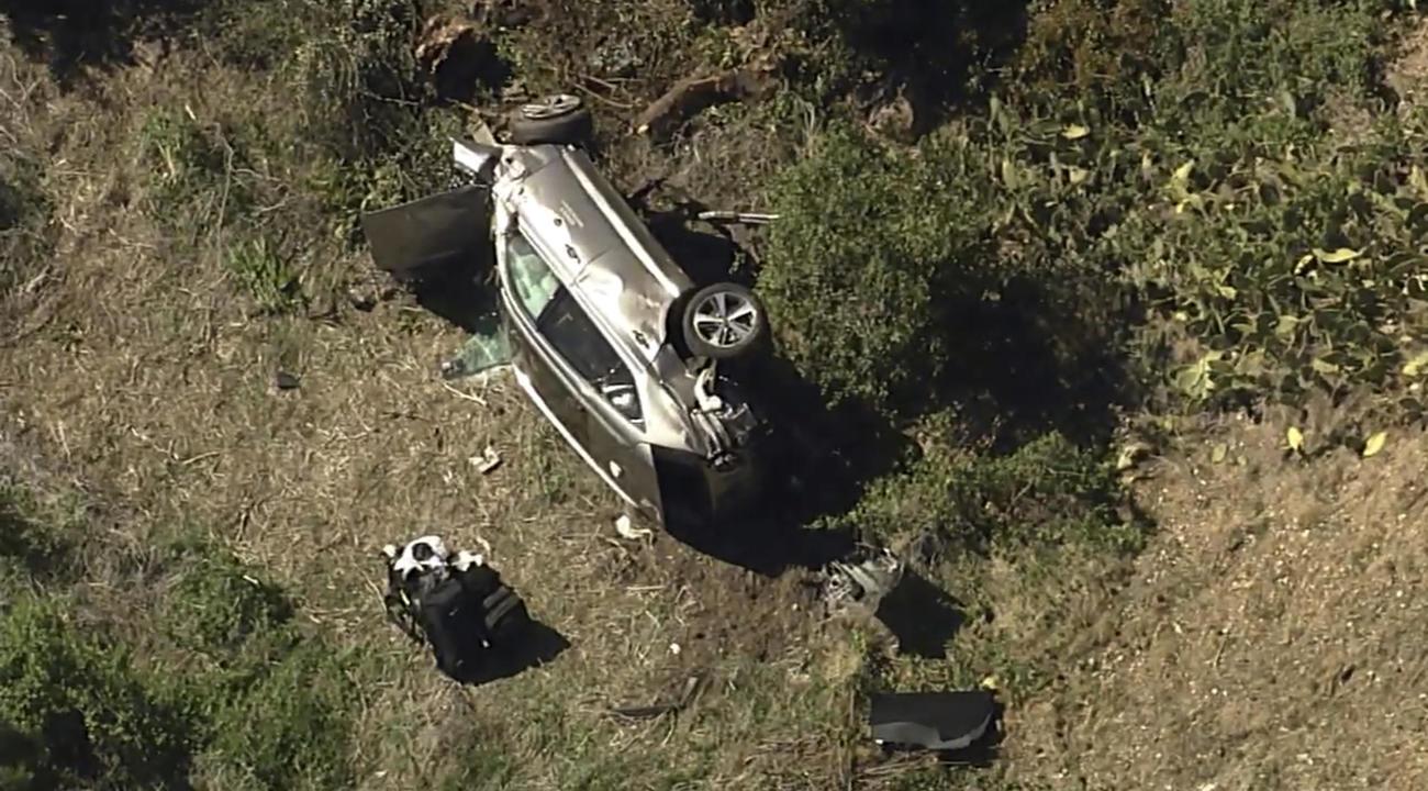 23日、米ロサンゼルス近郊で横転したタイガー・ウッズ選手の車両(KABC-TV提供・AP)