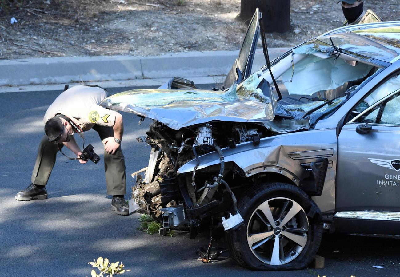 大破したウッズの車両を調べる保安官(ロイター)
