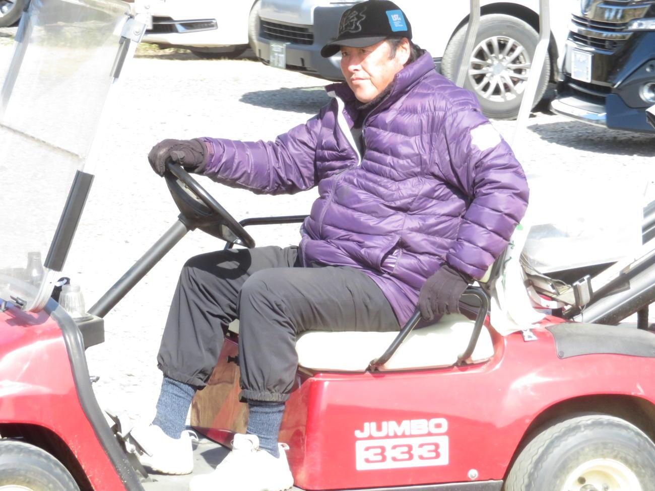 セレクション受検者のもとに自らカートを運転して向かう尾崎