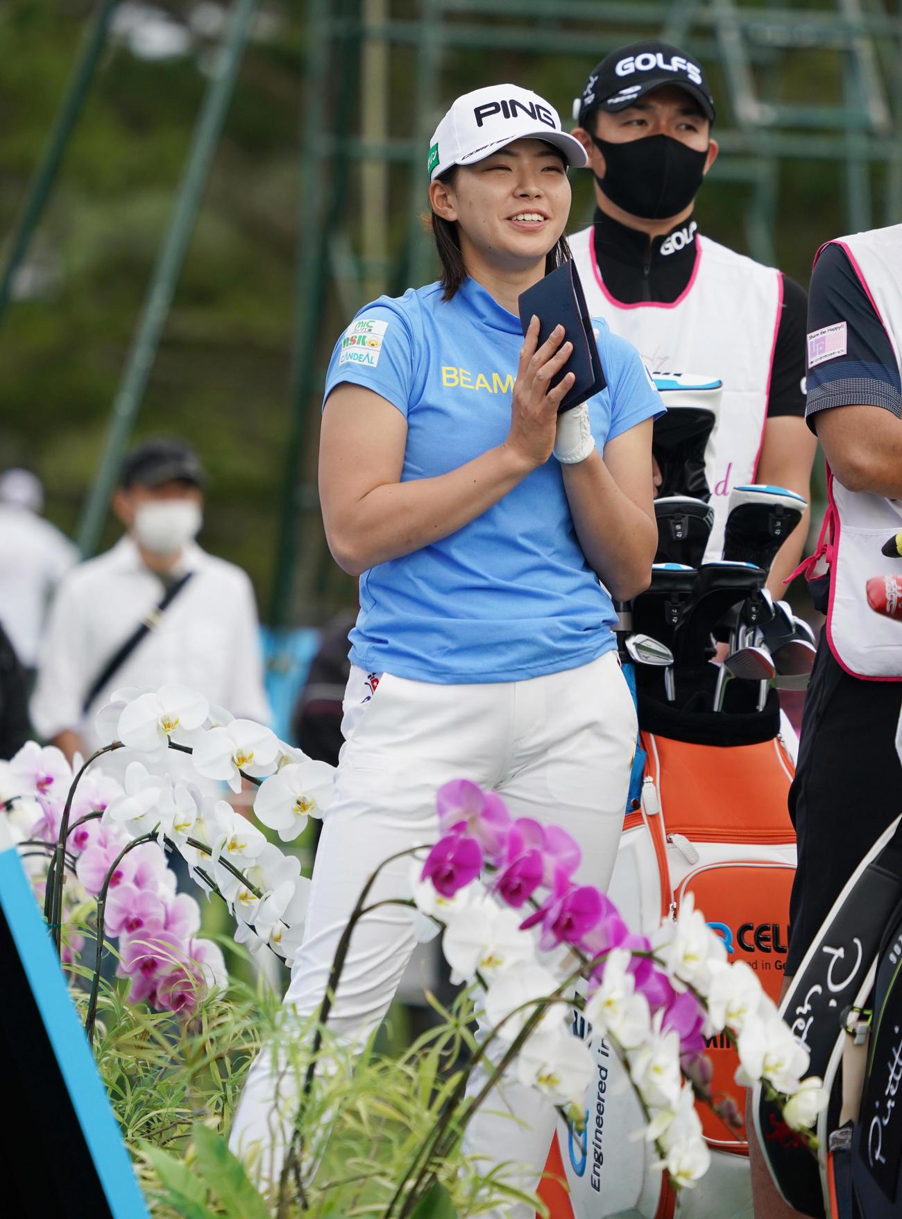 18番、ほかの選手のティーショットを見る渋野日向子(撮影・清水貴仁)