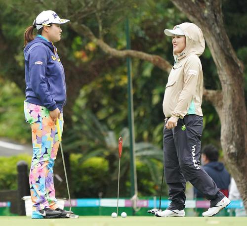 第34回ダイキンオーキッドレディスゴルフトーナメント 練習グリーンで話す河野杏奈(左)と古江彩佳(撮影・清水貴仁)