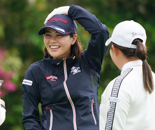第34回ダイキンオーキッドレディスゴルフトーナメント 練習グリーンで笑顔をみせる新垣比菜(左)(撮影・清水貴仁)