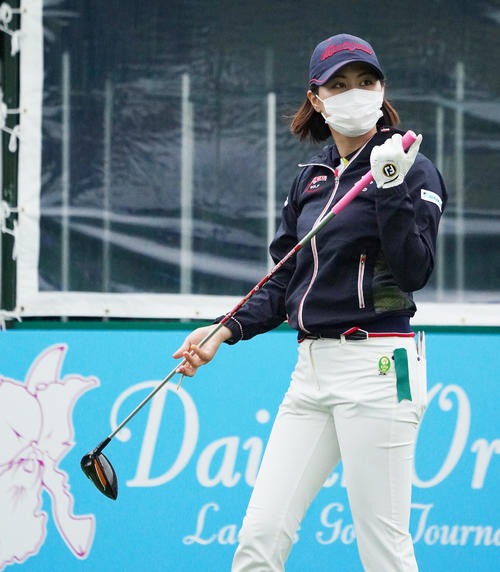 第34回ダイキンオーキッドレディスゴルフトーナメント 練習ラウンドをまわる新垣比菜(撮影・清水貴仁)