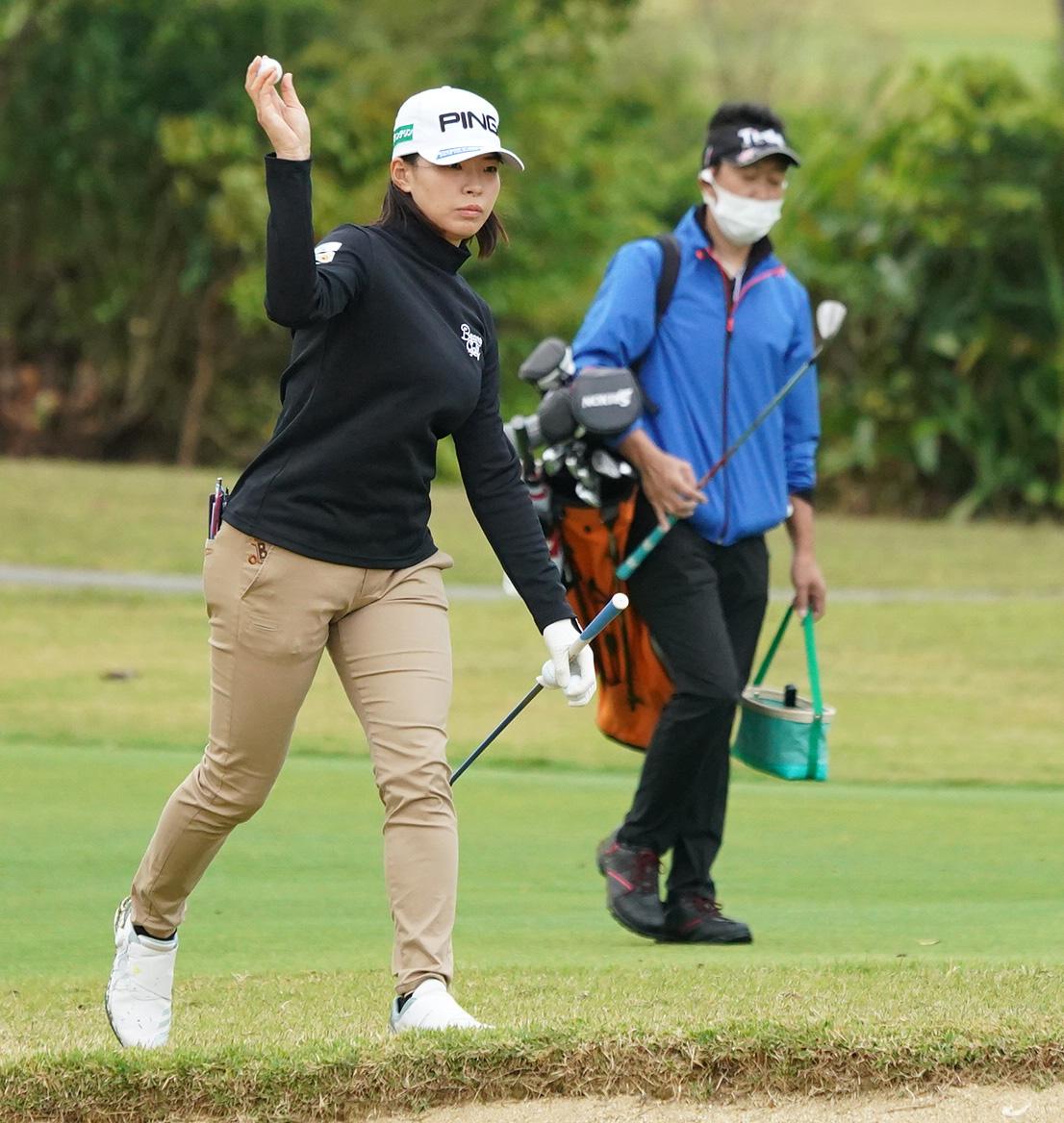 第34回ダイキンオーキッドレディースゴルフトーナメント 練習ラウンドでバンカーに向けボールを投げ込む渋野日向子(撮影・清水貴仁)
