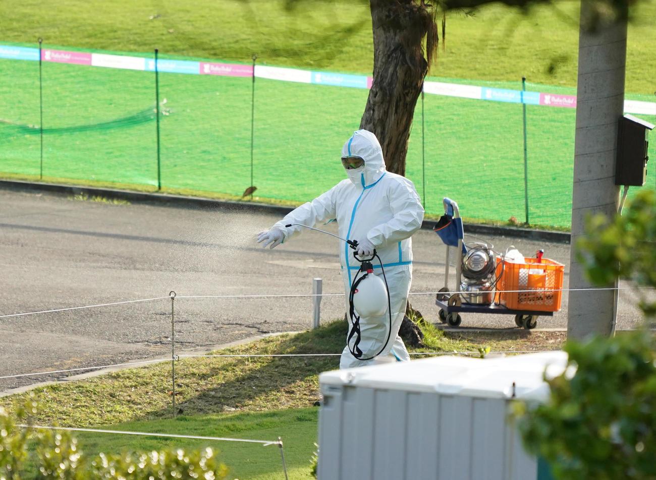 練習ラウンドが中止となったゴルフ場で消毒作業が行われる(撮影・清水貴仁)