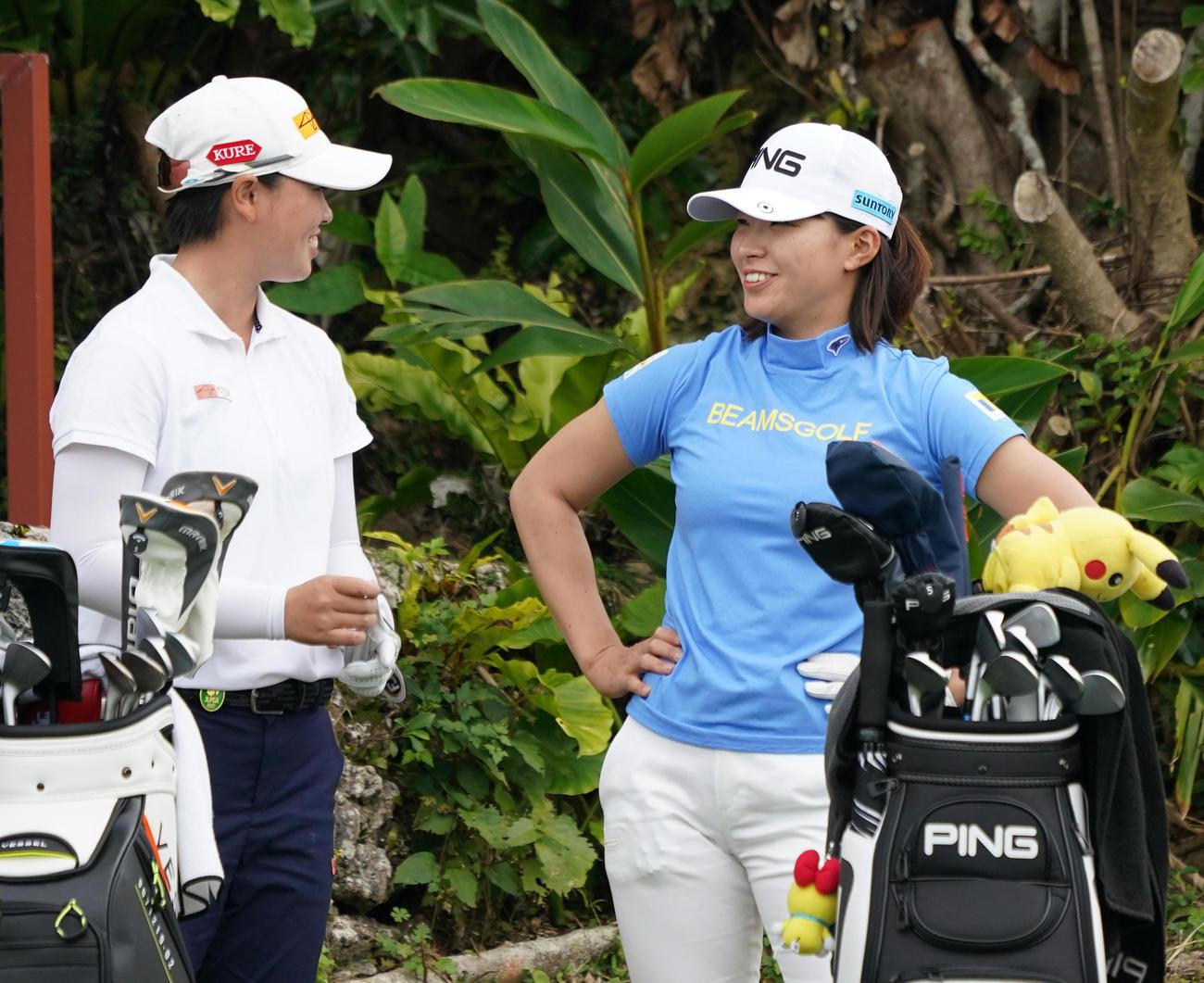 第34回ダイキンオーキッドレディスゴルフトーナメント第1日 11番、ティーグラウンドで話す笹生優花(左)と渋野日向子(撮影・清水貴仁)