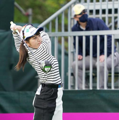 第34回ダイキンオーキッドレディスゴルフトーナメント第2日 1番、ティーショットを放つ田辺ひかり(撮影・清水貴仁)