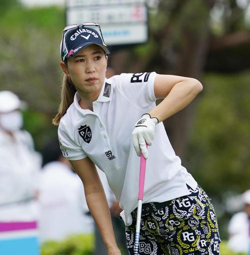第34回ダイキンオーキッドレディスゴルフトーナメント第2日 10番、ティーショットを放つ上田桃子(撮影・清水貴仁)