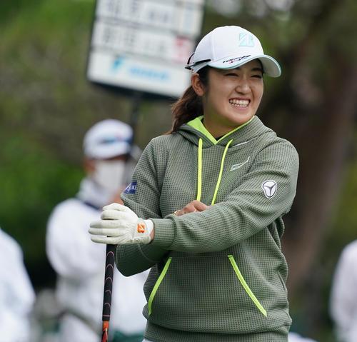 第34回ダイキンオーキッドレディスゴルフトーナメント第2日 10番、笑顔をみせる稲見萌寧(撮影・清水貴仁)