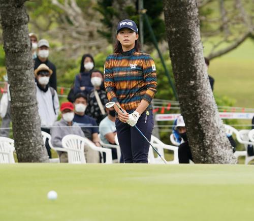 第34回ダイキンオーキッドレディスゴルフトーナメント第3日 18番、アプローチショットを放つ渋野日向子(撮影・清水貴仁)