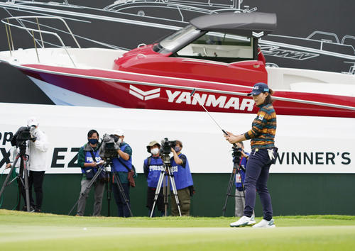 第34回ダイキンオーキッドレディスゴルフトーナメント第3日 18番、バーディーパットを外す渋野日向子(撮影・清水貴仁)