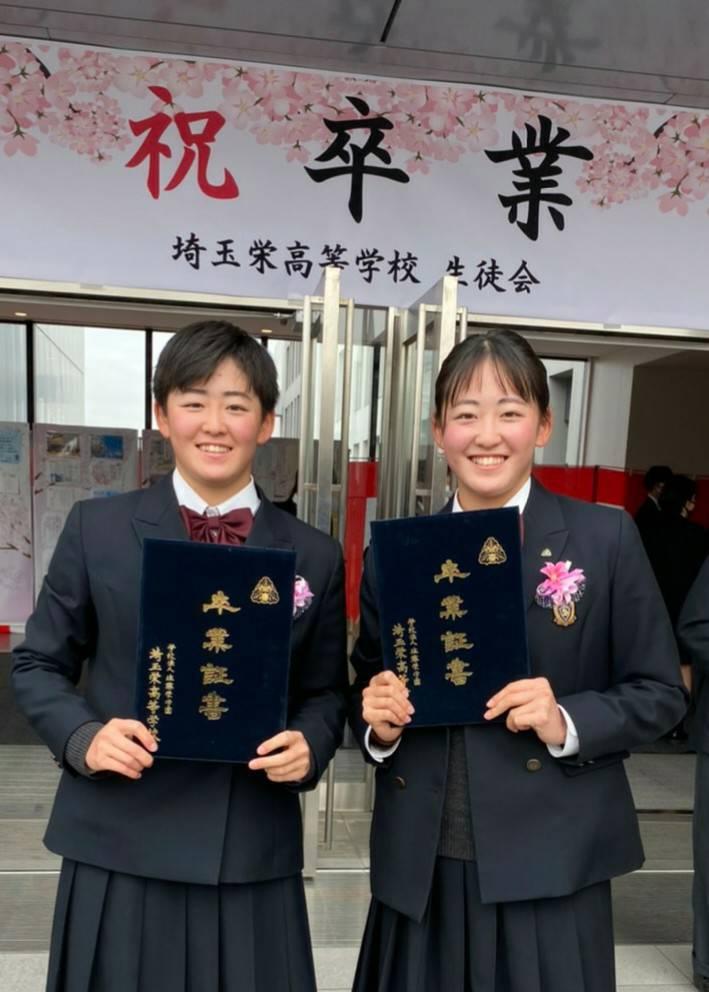 埼玉栄高を卒業した岩井明愛(あきえ、左)、千怜(ちさと)姉妹