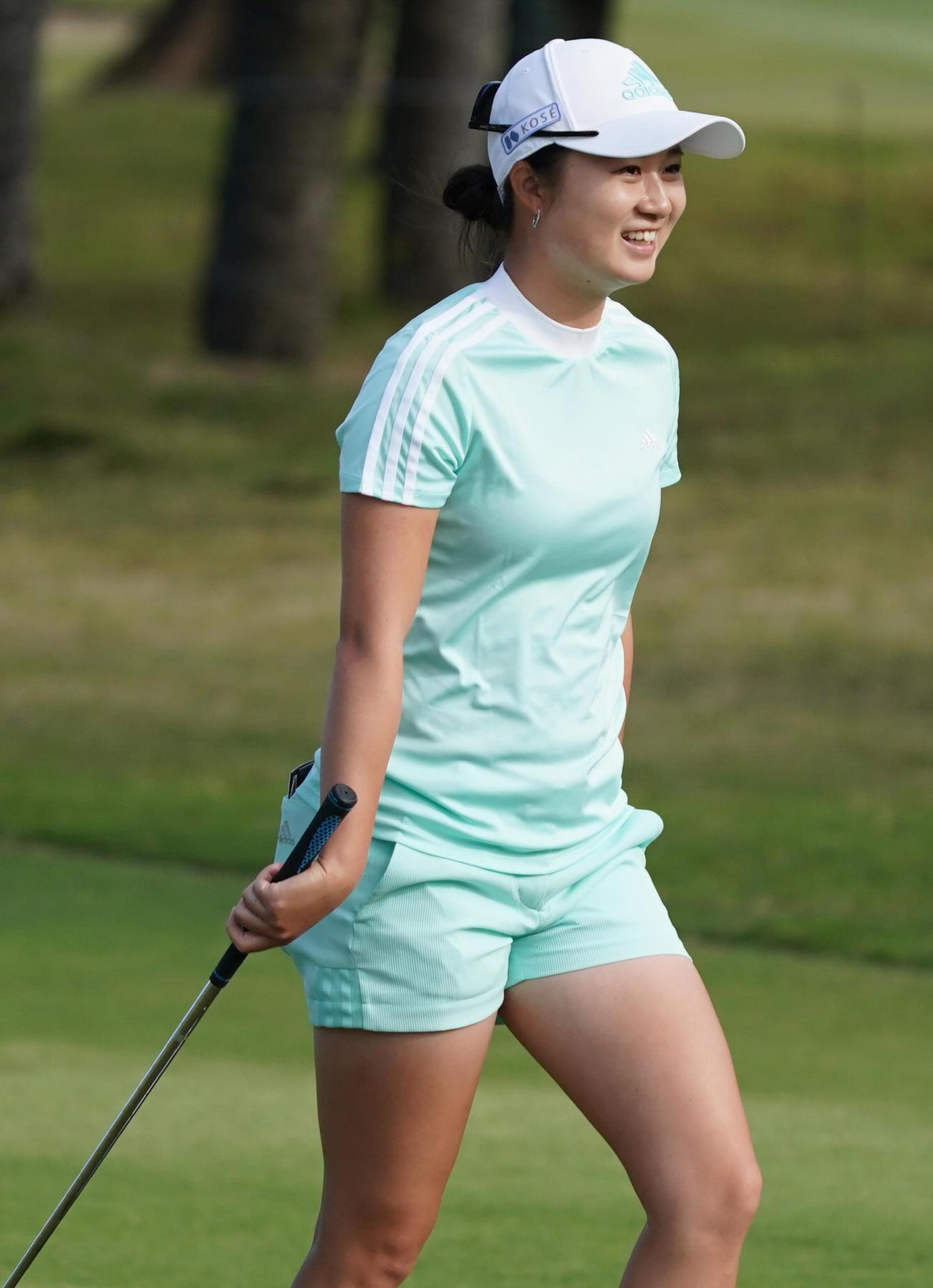 第34回ダイキンオーキッドレディスゴルフトーナメント第2日 18番、第2打を放ち笑顔をみせる森田遥(撮影・清水貴仁)