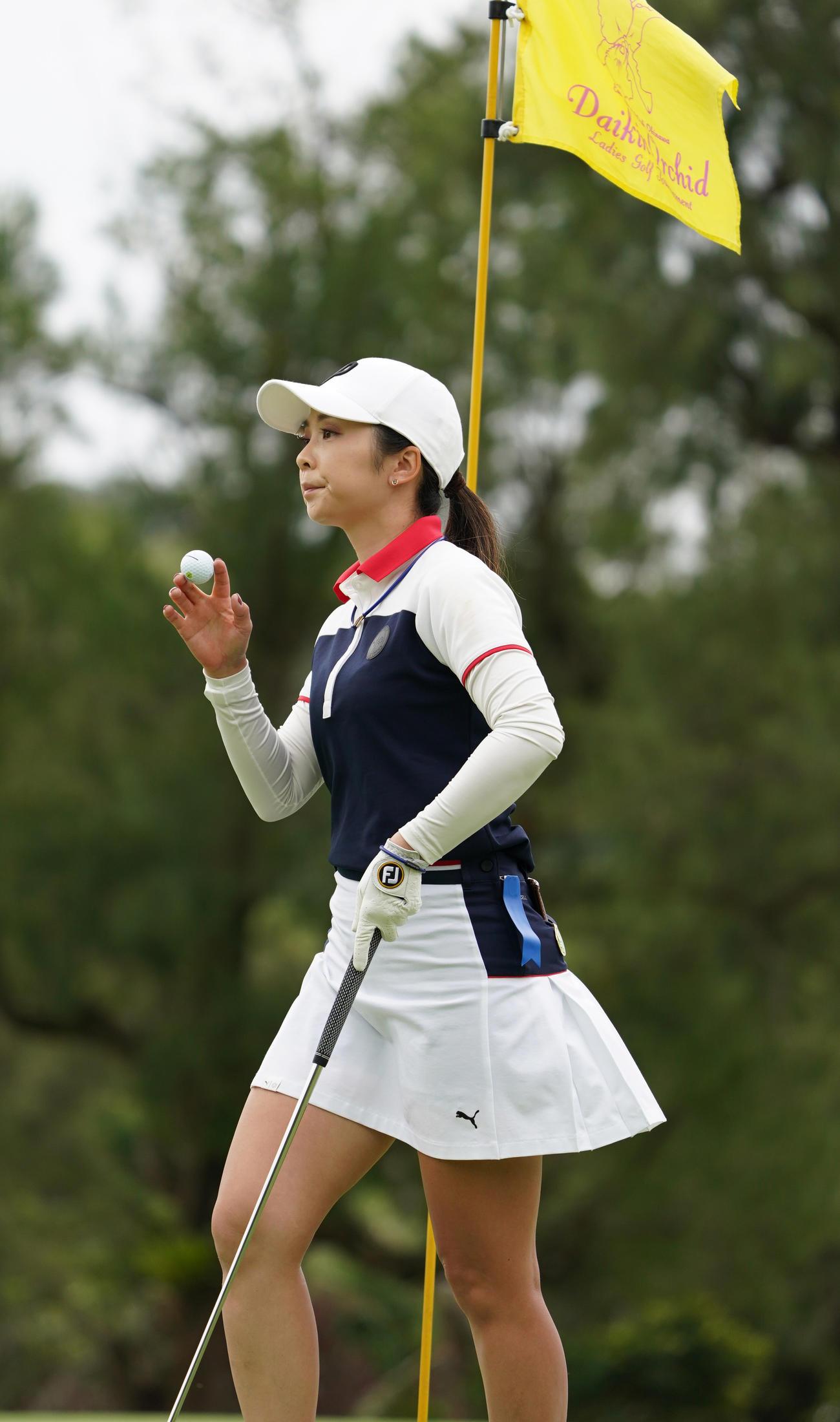 第34回ダイキンオーキッドレディスゴルフトーナメント第3日 4番、このホールパーとする菊地絵理香(撮影・清水貴仁)=2021年3月6日、琉球GC