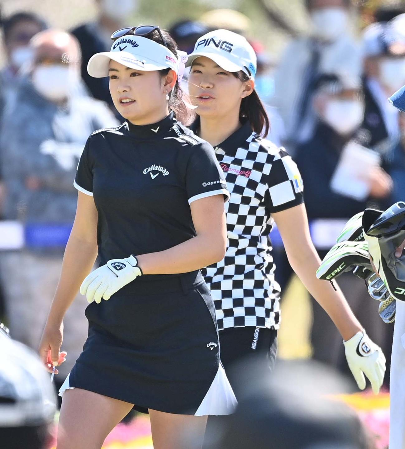 1番、笑顔を見せながら歩く河本結(左)と渋野日向子(撮影・上田博志)