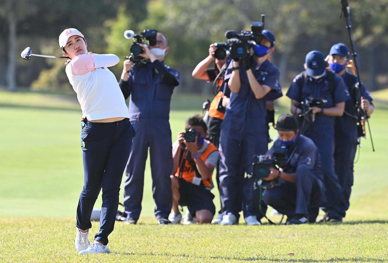 18番、大勢のカメラマンを背にショットを放つ稲見萌寧(撮影・上田博志)