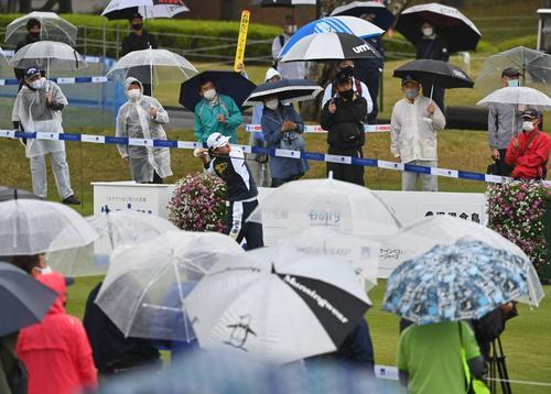 10番、ギャラリーの傘に囲まれながらティーショットを放つ渋野日向子(撮影・上田博志)